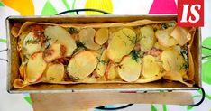 1 kg valkosipuli-perunaviipalepakastetta 400 g kylmäsavulohta 50 g juustoraastetta 2 dl kermaa 2 tl sinappia 1 nippu tuoretta tilliä 1 sitruunan raastettu kuori