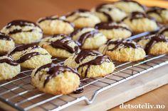 Kokoskaker med vaniljekrem og sjokolade | Det søte liv Doughnut, Muffin, Food And Drink, Cookies, Baking, Breakfast, Christmas, Recipe, Board