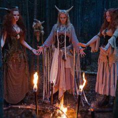 Las primeras brujas, ya en la Prehistoria, eran lo que ahora conocemos como chamanas. Personas que se comunicaban con los Dioses, y que hacían ritos y ceremonias en favor de su tribu. Además eran sanadoras y hacían rituales mágicos, hechizos, magia. Las brujas hemos sido siempre mujeres libres, fuertes y sabias. Guardianas del pasado y del antiguo conocimiento.  Hijas de la magia y maestras de brujería. Sólo eso