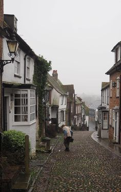 England Travel Inspiration - a trip to the English County of East Sussex calls for a visit to the British treasure that is Rye. Full of cobbled streets including the insta-famous Mermaid Street, tea rooms and antique shops; Rye is a perfect destination for a day out from London or a mini staycation. The British Isles is full of wonderful places to visit on your next vacation - pop over to the blog to see more hidden gems in the Britain including my snowy day out to Rye! #spaintravel