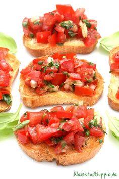 Bruschetta 4 reife Tomaten 1 Hand voll Basilikum frisch 1 Zehe Knoblauch 1/2 Zwiebel weiß 5 EL » Olivenöl Meersalz » Pfeffer aus der Mühle