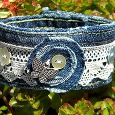Bracelet en jean de récupération décor papillon et dentelle (denim)