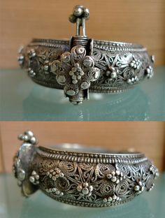 Yemen | Silver braclet/armband | © Kathleen McCabe-Elsey ~ Global Beads www.globalbeads.com