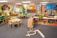 Natural tree in the middle of two tables. For more inspiring classrooms visit: http://pinterest.com/kinderooacademy/provocations-inspiring-classrooms/ ≈ ≈