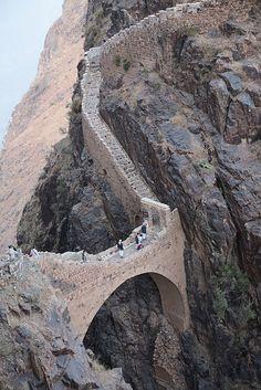Shaharah footbridge in north-eastern Yemen (by gmhales).