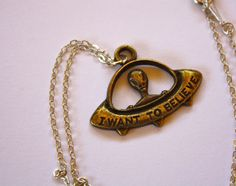 I Want To Believe Alien Charm Necklace par PenelopeMeatloaf sur Etsy, $15.00