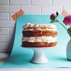We can't stop dreaming about this epic lemon & poppyseed meringue layer cake from the cover of our new issue! Created by none other than our own talented @georgiepuddingnpie Photo by @hellopoe