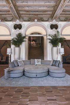 Elegante e avvolgente: tanto nella versione tonda quanto in quelle più lineari, un divano che sa essere protagonista ... Bedroom Wall Paint, Luxury Living Room, Narrow Rooms, Fine Living, Sofa Design, Luxury Furniture, Luxury Homes, Curved Sofa, Living Room Decor Modern