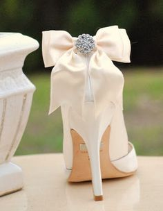 Maybe if I don't find red shoes I like I could just attach a big bow like this one.