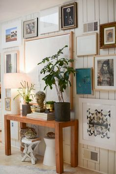 STIJLIDEE Interieur Styling Tip >> Decorating Ideas for Your Home's 5 Smallest Spaces// Parsons table, gallery wall, indoor plants Inspiration Design, Interior Inspiration, Decorating Small Spaces, Interior Decorating, Decorating Ideas, Deco Addict, Wall Decor, Room Decor, Wall Art
