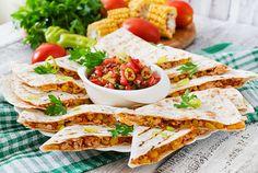 みなさん、ケサディーヤはお好きですか?聞いたことはある… お店で食べたことはあるなど様々かと思いますが、おうちで簡単に作れるって知ってました?チーズと具材の量を増減すれば、軽いスナックからガッツリと食べる食事用にと、お腹の空き具合に合わせて変えられるスグレモノなんです。 (2ページ目)