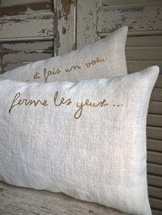 Les mots pour le dire... Texte au transfert à chaud couleur Or Duo de coussins réalisés en drap de lin ancien Dos en chanvre Dimensions: 40cmx20cm ...
