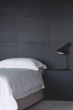 Selkeää ja valkoista. Hiilenmusta seinä luo kontrastin valkeille lakanoille. #etuovisisustus #makuuhuone