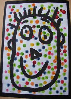 avec tampons bouteilles puis encre en fond tracé du portrait au crayon puis à la peinture