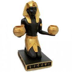 Estátua e Porta Vela Egípcio Faraó 16cm <br>Produzido em Resina com pintura especial. <br>Este faraó era o lendário Tutancamon, que teve sua múmia encontrada ao lado de artefatos em ouro, bacias cheias de grãos e uma inscrição egípcia prometendo que a morte afligiria todo aquele que viesse a perturbar o sono do faraó. Mesmo com seu tom ameaçador, aquele e outros avisos não foram capazes de sanar a cobiça dos saqueadores de tumbas que violaram o descanso de diversas outras múmias. Será que a…