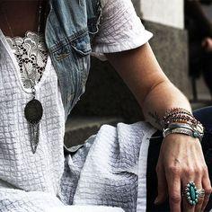 ☆ Details ☆  Nouveau look à découvrir bientôt sur le blog ☺ - Bon dimanche sous le soleil les chatons ❤ . New outfit soon on blog ☺ - Lovely sunny Sunday ❤ . Collier/necklace @urbaneclecticjewelry ❤ . #fashion #fashionblog #fashionblogger #boho #bohemian #gypsy #ethnic #hippie #littlebohoblog #gypset #ootd #outfit #jewelry #jewels #jewel #accessories #bracelet #bracelets #necklace #white #lace #denim #blogueuse #mode #lille #look