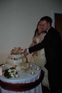 Bruidstaart aansnijden. Onderbelicht. Slechte amateur bruidsfotograaf…