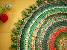rug made from repurposed t-shrits - looks like the one woven from a hula hoop