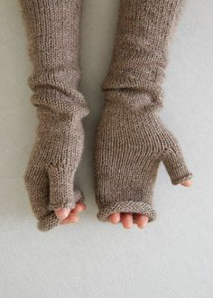 Fingerless Gloves Knitted, Crochet Gloves, Knit Mittens, Knit Leg Warmers, Wrist Warmers, Hand Warmers, Knitting Patterns Free, Hand Knitting, Free Pattern