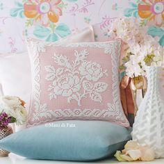 Cuscino Lino, Occorrente e Schema: Crespo di lino rosa, schema su carta a quadretti e occorrente, 2 gomitoli di cotone Tortiglia bianco per realizzare il cuscino a uncinetto filet con motivo fiori. Crochet Curtains, Crochet Doilies, Crochet Lace, Crochet Stitches, Homemade Pillows, Diy Pillows, Decorative Pillows, Throw Pillows, Crochet Cushion Cover