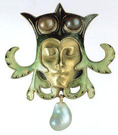 """Art Nouveau. René Lalique-Spilla """"Testa di buffone""""-Oro, smalti,perle scaramazze  e di Tahiti-XX secolo-Museo delle Arti decorative-Parigi"""