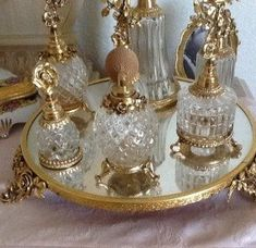 New makeup organization vanity vintage beauty room 60 ideas Glamour Decor, Antique Vanity, Vintage Vanity, Antique Gold, Vintage Makeup Vanities, Antique Mirrors, Bathroom Vintage, Vintage Dressers, Bathroom Art
