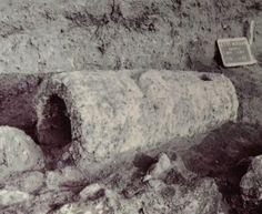 FOTO 1: Betilo cavo rinvenuto nel sito di Monte Prama, Cabras [10]