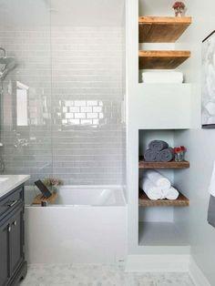 Baño pequeño organizado con baldas