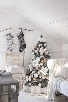 White and Cream Christmas Bedroom - This cozy master bedroom is beautifully decorated for Christmas with soft neutrals and tons of farmhouse charm. Christmas Bedroom, Farmhouse Christmas Decor, Noel Christmas, Rustic Farmhouse Decor, Modern Christmas, White Christmas, Rustic Chic, Modern Farmhouse, Farmhouse Style