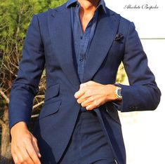 Blue linen peaked suit and shirt.   Traje de pico y camisa de lino azul.     All by Absolute Bespoke