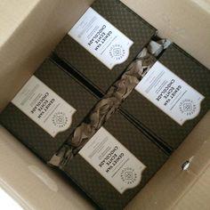Deze doos vol doosjes chocolade is vandaag aangekomen bij de klant die ze op gaat sturen als relatiegeschenk voor zijn beste klanten. idee! #chocolateisalwaysagoodidea #chocola #relatiegeschenk #kerstpakket #geschenk #abonnement #chocolade #doosje #brievenbus #post #anderechocolade #chocoladeverzekering #achterdeschermen