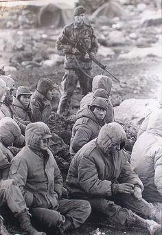 ¿Fueron verdaderamente los chicos de la guerra? No, para mí fueron hombres. Hombres que lucharon con la frente en alto por su patria. Esta foto los muestra vencidos, vigilados de cerca por un inglés, no es la imagen que quiero recordar.
