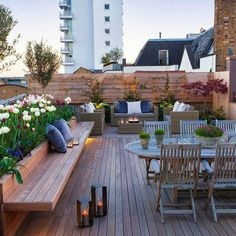In this roof garden design like a mini cafe above your house. You can add a lot of furniture if your roof garden has ample space. With a design like this, you can relax with your friends and relatives. Roof Terrace Design, Rooftop Design, Deck Design, House Design, Diy Pergola, Pergola Kits, Pergola Roof, Cheap Pergola, Roof Balcony