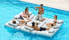 lit gonflable multifonctionnel design Pigro Felice pour une fête au milieu de la piscine