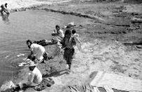 1948 Mujeres lavando en un río de San Pedro de los Baños, retrato