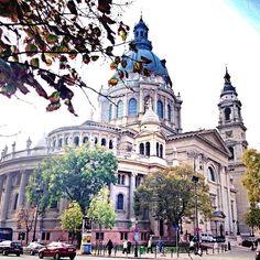 Basilika für den heiligen Stefan. Dem Nationalhelden von Ungarn. Dort ist auch seine Hand als Relikt zu finden. Und sie ist nur aus Rohstoffen gebaut, die es in Ungarn gibt,