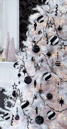 42 Luxurious White Christmas Tree Decor Ideas - My Design Fulltimetraveler Halloween Christmas Tree, White Christmas Tree Decorations, Nightmare Before Christmas Decorations, Black Christmas Trees, White Ornaments, Diy Ornaments, Christmas Pajamas, Xmas Tree, Holiday Decor