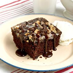 Chocolate Picnic Cake Dads Ultimate Chocolate Cake A crunchy topping of walnuts, chocolate and sugar replaces the usual frosting on this rich and moist red-colored snack cake. Sweets Recipes, Just Desserts, Delicious Desserts, Cake Recipes, Yummy Food, Picnic Desserts, Picnic Recipes, Yummy Yummy, Ultimate Cake Recipe