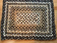 Se trata de una alfombra rectangular de 31 x 24. Lo s hecho con tonos de marrón, beige y blanco apagado así como un patrón de control multi. Es uno de una alfombra de buena mano trenzado de lana nuevo y reciclado.