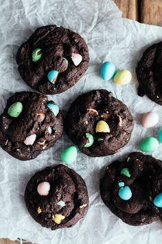 mini egg chocolate cookies (easter — the farmer's daughter Mini Egg Recipes, Easter Recipes, Baking Recipes, Sweet Recipes, Dessert Recipes, Easter Desserts, Cookie Desserts, Mini Eggs Cookies, Crispy Cookies