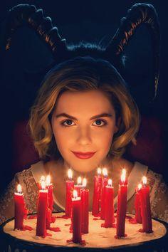 """Netflix-Serie """"The Chilling Adventures of Sabrina"""": Gruseln mit Message """"Sabrina – Total Verhext!"""", der Serienhit aus den 90ies, wird neu verfilmt. Alle Infos zu Cast, Inhalt, neuem Namen und Starttermin der Netflix-Serie."""