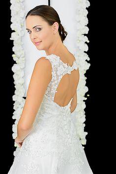 Elena Reynoso • Colección 2017 Novias Alta Costura • Espalda descubierta es el perfecto equilibrio entre el glamour y  lo sutil, con  bordados de encaje y hilo de plata. #ElenaReynoso #Fashion #style #weddingdress