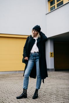 Alltagsgrunge | Fashion Blog from Germany /. White graphic tee+cropped denim+black flat boots+black wrap coat+green snake printed shoulder bag+black beanie. Winter Casual Outfit 2017