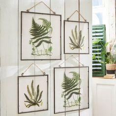 Schilderijtje, set van 4 Vallauris - Set van schilderijtjes, met beschildering aan de achterkant, voor een groene oase. Met bijpassende jute hanger en een subtiele ijzeren lijst. #planten #plants #plantstyling #muurdecoratie #wallart #lijstjes #schilderijtjes #botanisch