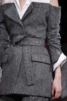 gray off shoulder blazer is my favorite bit of the Monse Fall 2017 Ready-to-Wear collection. Grey Fashion, Fashion 2020, Look Fashion, High Fashion, Fashion Show, Fashion Outfits, Womens Fashion, Fall Fashion, Merian