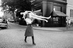 Sander, Jil *27.11.1943- Modeschoepferin, D mit Schaufensterpuppe vor ihrem Geschaeft in der Milchstra§e in Hamburg 1968 Aufnahme: Jochen Blume - 01.01.1968-31.12.1968