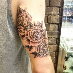 Three roses on the tricep. tattoo artist: andré de camargo b Tricep Tattoos, Boy Tattoos, Mini Tattoos, Black Tattoos, Sleeve Tattoos, Rose Tattoos For Men, Arm Tattoos For Guys, Future Tattoos, Flower Tattoo Foot