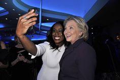 """Pin for Later: """"Sag' Cheese!"""" Die besten Selfies der Stars Uzo Aduba und Hillary Clinton"""