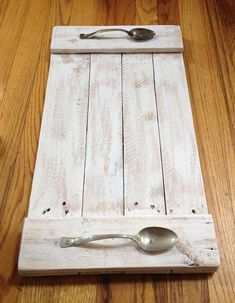 23 Pallet Wood Serving Tray with Spoon Handles The tray is made from Pallet wood with vintage Spoons for handle. Lightly brush with white paint to let the wood still show through. Wooden Pallets, Wooden Diy, Pallet Wood, Wood Wood, Handmade Wooden, Pallet Tray, Diy Wooden Crafts, Pallet Shelves Diy, Painted Wood Crafts