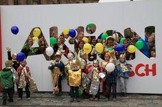 """Aktion Mensch-Städtetour in Nürnberg: Zwischen Katharinenkirche und Weißem Turm hat die Aktion Mensch-Städtetour in Nürnberg Halt gemacht. Mitgebracht hat sie das Thema Inklusion und die Aufforderung zum Tanz, denn zu Andreas Bouranis Lied """"Wunder"""" entsteht ein inklusives Musikvideo. Mit dabei auf dem Jakobsplatz sind auch viele Kinder, die sich mit Goldfolien verkleidet und mit Kronen geschmückt haben."""